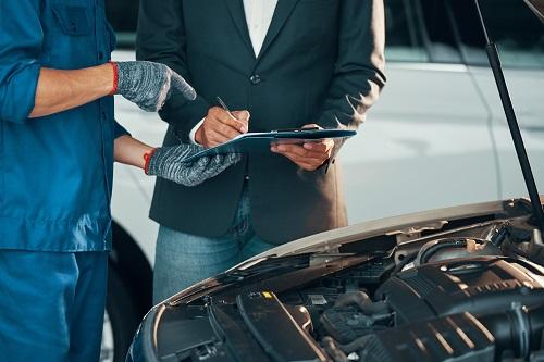 Une reparation moteur véhicule de compétition